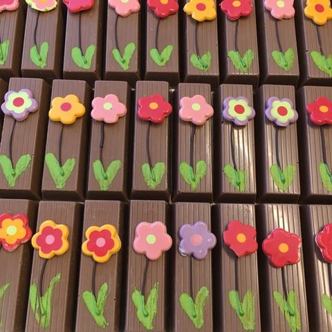 Schokotäfelchen mit Schokoladeblumen